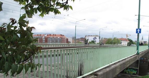 To gaz, który zebrał się w studzience, wybuchł na Moście Chrobrego w Poznaniu. Miesiąc temu dwóch 12-latków zostało tam rannych po eksplozji, która uniosła ciężkie płyty. Dzisiaj poznaliśmy ekspertyzę wyjaśniającą przyczyny tego wypadku.