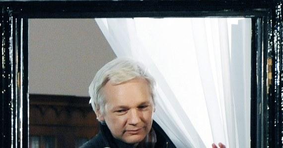 Ukrywający się od dwóch lat w ambasadzie Ekwadoru w Londynie Julian Assange weźmie udział w pokazie mody. Poszukiwany przez szwedzki wymiar sprawiedliwości założyciel portalu Wikileaks, po raz kolejny zwraca na siebie uwagę światowej opinii publicznej.