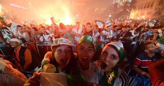 Tłumy na ulicach, fajerwerki, klaksony samochodowe, specjalne wydania gazet - Algieria na różne sposoby świętuje pierwszy, historyczny awans piłkarskiej reprezentacji do 1/8 finału mistrzostw świata.