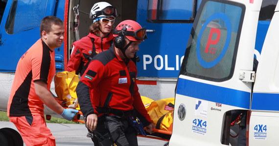 To był bardzo pracowity początek wakacji dla ratowników TOPR. Tylko wczoraj doszło do trzech poważnych wypadków pod Rysami i Kozią Przełęczą, w których poszkodowanych zostało sześcioro turystów. Wszyscy poślizgnęli się na śniegu. Jednego z turystów ratownicy szukali przez całą noc. Dotarli do niego po 17 godzinach.