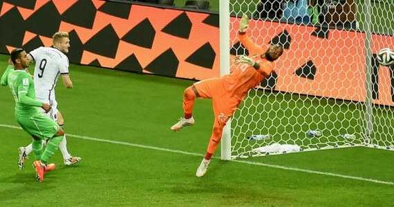 Na stadionie w Porto Alegre Niemcy pokonali Algierczyków i wywalczyli awans do ćwierćfinału. W regulaminowym czasie gry żadna z drużyn nie zdołała wypracować prowadzenia, dlatego konieczne było zarządzenie dogrywki. Dwie minuty po jej rozpoczęciu prowadzenie dał Niemcom Andre Schuerrle. Później na listę strzelców wpisał się Mesut Oezil. Gdy wydawało się, że wszystko już jasne, bramkę dla Algierczyków strzelił Djabou.