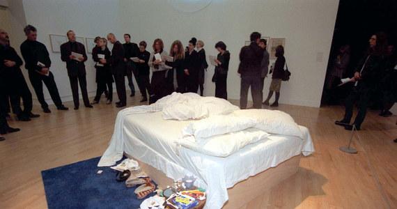 """Kontrowersyjna instalacja """"My Bed"""" brytyjskiej artystki Tracey Emin została sprzedana na aukcji w Londynie za 2,2 miliona funtów szterlingów. Wystawił ją milioner i kolekcjoner dzieł sztuki Charles Saatchi."""