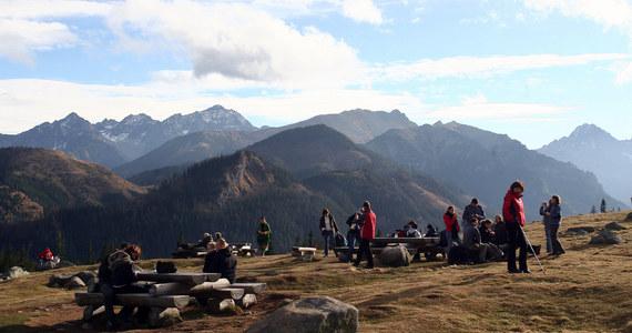 Od początku lipca na Słowacji obowiązują nowe wytyczne dla organizatorów górskich wypraw. Dotyczą przewodników prowadzących szkolne wycieczki, przewodników którzy wchodzą z klientami na najwyższe szczyty, a także organizatorów szkoleń, ćwiczeń i obozów sportowych. Za naruszenie przepisów, grożą poważne konsekwencje.