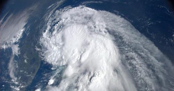 Pierwszy w tym sezonie atlantycki huragan, Arthur, dotarł do Stanów Zjednoczonych i uderzył w wybrzeże Karoliny Północnej - informuje Krajowe Centrum Huraganów (NHC) w Miami.