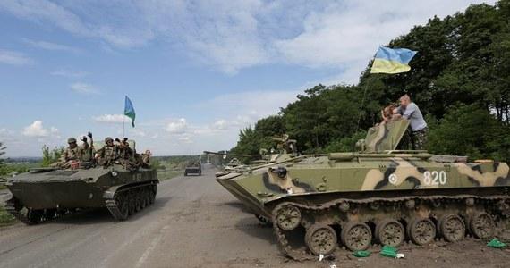 Duża grupa czołgów i pojazdów opancerzonych armii ukraińskiej zajęła pozycje w odległości 23 km od Doniecka, największego miasta na wschodzie kraju kontrolowanego przez prorosyjskich separatystów - poinformowali będący na miejscu dziennikarze AFP.