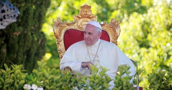 Jest mało prawdopodobne, by w niedzielę papież Franciszek i jego poprzednik Benedykt XVI obejrzeli razem finałowy mecz Argentyna - Niemcy, czyli reprezentacji swych krajów na piłkarskich mistrzostwach świata - uważa rzecznik Watykanu ksiądz Federico Lombardi.