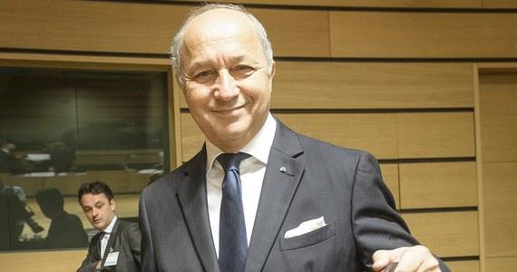 Wybuchła nowa afera wokół syna szefa francuskiej dyplomacji Laurenta Fabiusa. 33-letni Thomas Fabius ominął policyjną blokadę i uciekał luksusowym kabrioletem przed ścigającymi go w centrum Paryża policjantami! Wszczęto przeciwko niemu postępowanie karne. To już nie pierwsze problemy tego znanego paryskiego dandysa z policją i wymiarem sprawiedliwości.