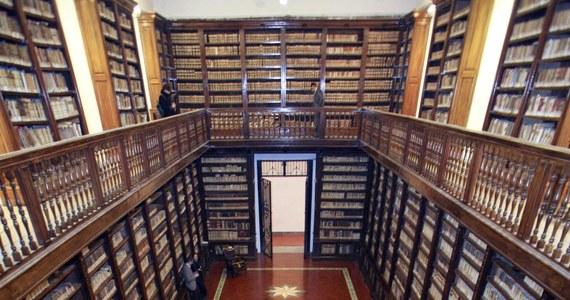 Mieszkaniec przedmieść Turynu na północy Włoch wypożyczył i ukradł ze wszystkich bibliotek w swojej okolicy 3200 książek. W ten sposób stworzył księgozbiór, który ostatecznie skonfiskowali mu karabinierzy.