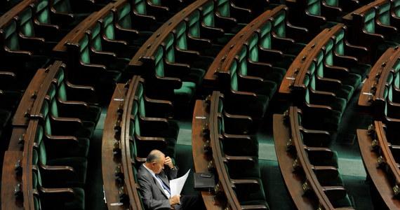 W piątek Sejm będzie głosował nad dwoma wnioskami PiS - o konstruktywne wotum nieufności oraz o odwołanie szefa MSW Bartłomieja Sienkiewicza. Z arytmetyki sejmowej wynika, że nie mają one szans na przyjęcie. Przeciwko zagłosuje koalicja PO-PSL.