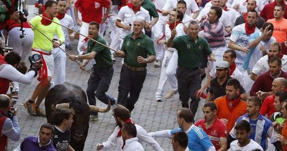 Co najmniej sześć osób odniosło obrażenia w trakcie piątej gonitwy z bykami w ramach dorocznej fiesty ku czci św. Fermina w Pampelunie, na północy Hiszpanii. Żaden spośród kilkuset śmiałków nie został w piątek ugodzony rogami.