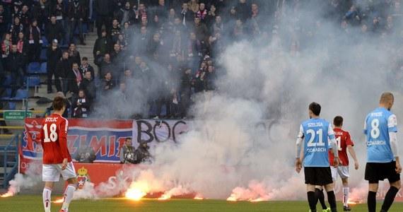 Sześciu kibiców piłkarskich zostało oskarżonych przez krakowską prokuraturę rejonową o posiadanie wyrobów pirotechnicznych na jesiennym meczu derbowym Cracovii z Wisłą Kraków. Pięciu z nich odpalało je i rzucało na trybuny.