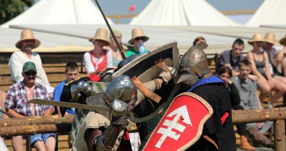 Szczęk oręża, bitewny kurz, rżenie koni i wielkie emocji. Pod Grunwaldem kolejny raz zetrą się ze sobą wojska polskie i krzyżackie. W rekonstrukcji bitwy z 1410 roku weźmie udział 1300 odtwórców historycznych. Spodziewanych jest nawet 80 tysięcy widzów.