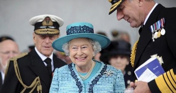 Prawie 55 mln funtów - taki jest przychód królowej Elżbiety II z opłat od turystów odwiedzających jej pałace w czasie, gdy sama ich nie użytkuje. Przychód z biletów przeznaczany jest na utrzymanie królewskich zbiorów, których monarcha z formalnoprawnego punktu widzenia jest użytkownikiem w imieniu narodu.