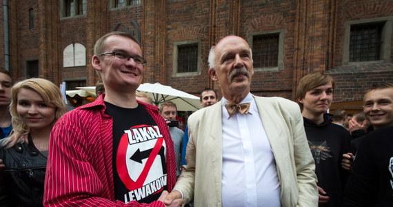"""Poniedziałkowy """"Fakt"""" publikuje rozmowę z europosłem i szefem Kongresu Nowej Prawicy, Januszem Korwin-Mikke. """"W Brukseli czuję się obco. Tam zasiadają ludzie poniżej pewnego poziomu"""" – mówi kontrowersyjny polityk. Dodaje, że jego deklaracja o chęci zrobienia burdelu w Parlamencie Europejskim to był... dowcip. """"Polacy są mało inteligentni"""" – podkreśla Korwin-Mikke."""