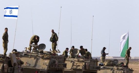 Palestyński Hamas debatuje nad propozycją rozejmu z Izraelem. Premier tego kraju Benjamin Netanjahu ostrzegł, że jeśli radykalny ruch odrzuci ofertę zawieszenia broni i Izrael nadal będzie ostrzeliwany, wojsko rozszerzy swe operacje w Strefie Gazy.
