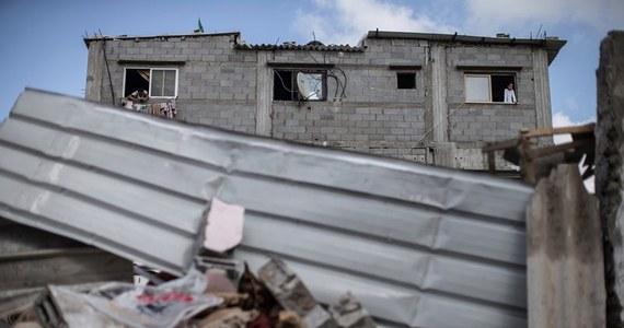 Pocisk moździerzowy, wystrzelony we wtorek ze Strefy Gazy, zabił izraelskiego cywila - poinformowała policja. Jest to pierwsza izraelska ofiara śmiertelna ostrzału, prowadzonego od tygodnia przez Hamas.