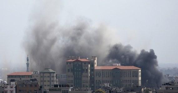 Samoloty izraelskie zbombardowały w nocy dom należący do wysokiej rangi przywódcy Hamasu Mahmuda al-Zahara w mieście Gaza - poinformowali przedstawiciele armii Izraela. Atakowano też domy innych przywódców i polityków Hamasu. Hamas zapowiedział zintensyfikowanie walki.