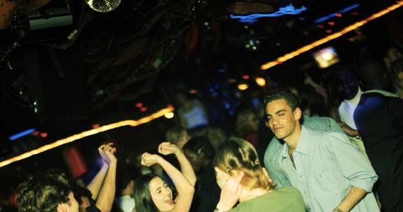 W czasach, gdy chodzono na dancingi, podręczniki do savoir-vivre'u uczyły, jak poprosić do tańca lub odpowiadały na pytania, czy kobieta może złożyć taką propozycję mężczyźnie. Dziś mamy trochę inne zwyczaje i najczęściej tańczymy w dyskotece lub klubie. Przyjrzyjmy się zatem zasadom dobrego wychowania w takim miejscu.