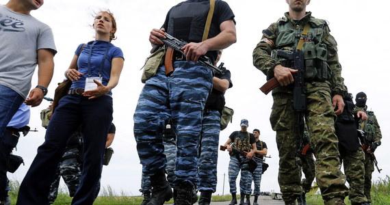 Przez barykady w pobliżu dworca kolejowego we wschodniej części miasta próbują się przedrzeć czołgi i wozy opancerzone - stwierdzili przedstawiciele samozwańczej Donieckiej Republiki Ludowej. Ukraińska Rada Bezpieczeństwa Narodowego i Obrony twierdzi natomiast, że to nie ukraińska armia jest odpowiedzialna za eksplozje i walki.