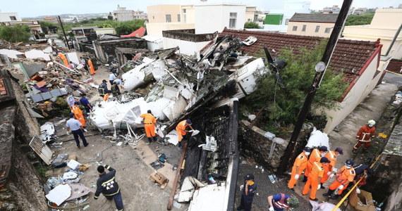 48 osób zginęło a 10 zostało rannych we wczorajszej katastrofie samolotu tajwańskich linii lotniczych Transasia, który rozbił się przy lądowaniu w mieście Magong na należącym do Tajwanu archipelagu Peskadorów - poinformowały tajwańskie władze. Wcześniej służby ratownicze informowały o 51 ofiarach śmiertelnych. Wszystko wskazuje na to, że do tragedii przyczyniły się warunki atmosferyczne.