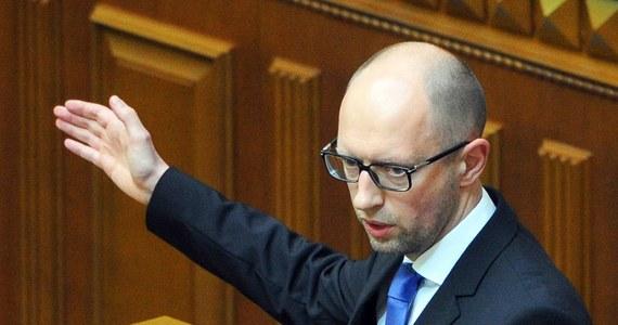 Premier Ukrainy Arsenij Jaceniuk, który w ubiegłym tygodniu podał się do dymisji, nie wyklucza, że zostanie na stanowisku, jeśli deputowani w parlamencie spełnią jego postulaty. Chodzi o pilne uchwalenie rządowych projektów ustaw.