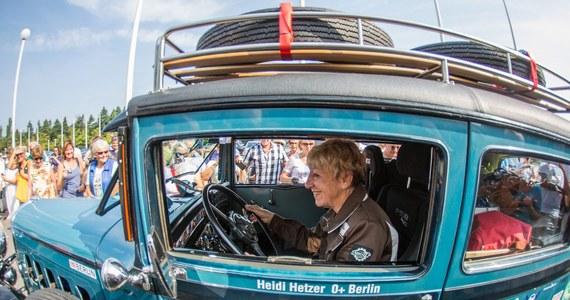 77-letnia Niemka Heidi Hetzer, była uczestniczka rajdów samochodowych, wyruszyła w zaplanowaną na dwa lata podroż dookoła świata. Trasę zamierza pokonać za kierownicą 84-letniego automobilu.