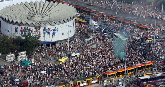 Punktualnie o godz. 17, 70 lat po wybuchu Powstania Warszawskiego stolica zatrzymała się, by oddać hołd uczestnikom tamtych wydarzeń. Syreny zawyły też w innych miastach w całej Polsce, a media uczciły pamięć powstańców 70 sekundami ciszy.