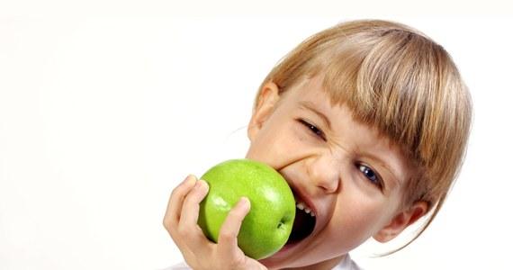 """Twoje dziecko grymasi przy stole? Nie załamuj rąk! Znajdą się sposoby, by temu zaradzić. Lepiej jest jednak zapobiegać. """"Uczmy dzieci smaków naturalnych: nie dosładzajmy, nie dosalajmy, nie stosujmy dodatków, które – jak wydają się rodzicom - będą ulepszały smak"""" – mówi dietetyk Magdalena Makarowska z """"Centrum Natura""""."""