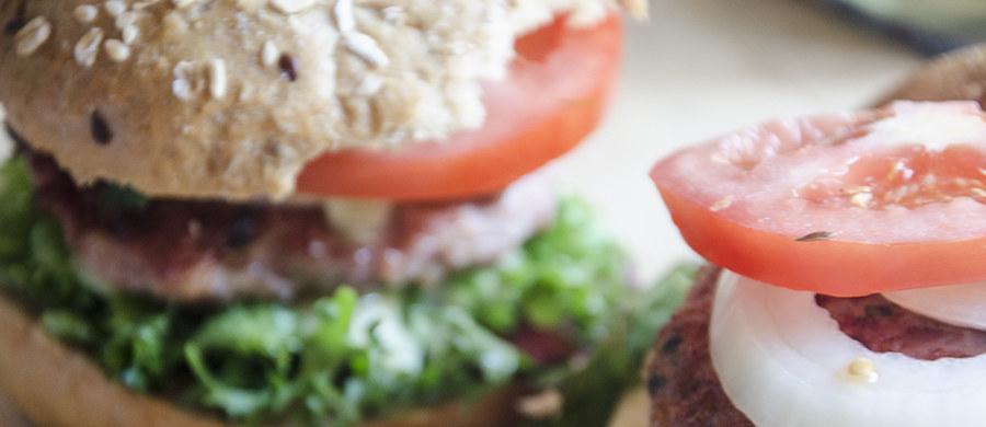 Twoje dziecko uwielbia burgery? Kaloryczność tego przysmaku może przerażać. Jednak jeśli przygotujesz burgera w domu, może on być dietetyczny, zdrowy i … dużo smaczniejszy.