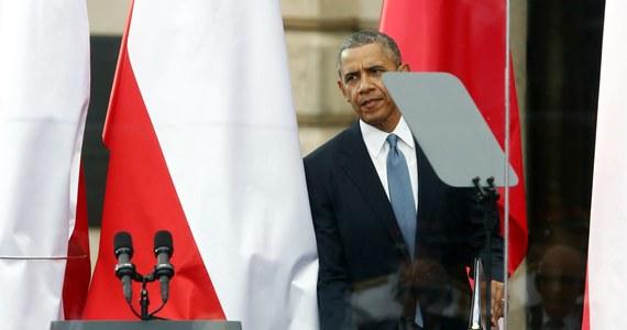"""Z okazji urodzin prezydenta USA Baracka Obamy """"Washington Post"""" postanowił przygotować listę najlepszych i najgorszych prezentów, jakie otrzymał Obama, podróżując po świecie. Znalazły się na niej 274 upominki. Prezent od Donalda Tuska wypada w tym zestawieniu najsłabiej."""