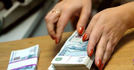 Rubel bliski był w piątek najniższego historycznie kursu wymiany. Spadło zaufanie konsumentów i ich siła nabywcza. Oszczędności, jakie poczyni Moskwa dzięki embargu na import żywności, zostaną zniweczone przez ucieczkę inwestorów i kapitału - uznali eksperci.