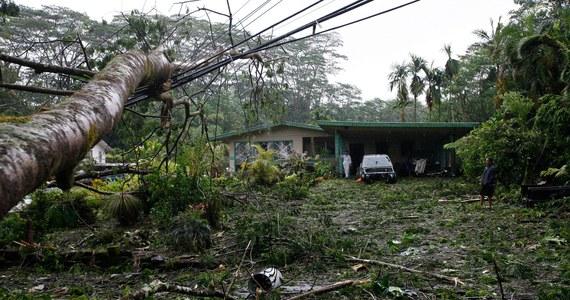 Huragan Iselle dotarł nad Hawaje. Porywisty wiatr i intensywne opady deszczu zmusiły setki ludzi do schronienia się w ośrodkach ewakuacyjnych. Tysiące było też pozbawionych prądu, a to nie koniec problemów. Za Iselle nadciąga już kolejna wichura, Julio.