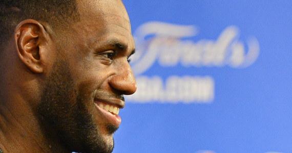 """Około 25 tysięcy kibiców powitało w Akron wracającego do Cleveland Cavaliers jednego z najlepszych koszykarzy świata LeBrona Jamesa. """"Wróciłem i nie zamierzam już nigdzie odchodzić. Kocham was"""" - zakomunikował James, który wrócił do Kawalerzystów po 4 latach."""