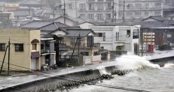 Tajfun Halong dotarł nad ranem do najmniejszej z czterech głównych wysp Japonii, Sikoku. Z powodu wichury już 26 osób zostało rannych, a ponad pół miliona mieszkańców poproszono o udanie się w bezpieczne miejsce.