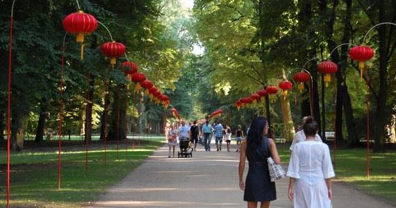 W Łazienkach Królewskich w Warszawie trwa III Festiwal Lampionów. Udekorowaną kolorowymi lampionami Aleją Chińską w Łazienkach Królewskich, rozświetloną wieczorami do godziny 23:00, można będzie spacerować do końca września.