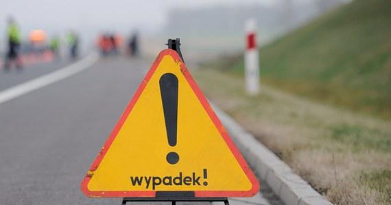 Dramatycznie wyglądał wypadek na zakopiance w Tenczynie między Lubniem a Rabką Zdrojem w Małopolsce. Zderzyły się tam dwie ciężarówki. Uszkodzone zostało także auto osobowe, na które spadły kamienie z jednej z naczep.