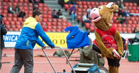 Porywisty wiatr wiejący nad stadionem w Zurychu wymusił przesunięcie o 50 minut sesji wieczornej 22. lekkoatletycznych mistrzostw Europy o kilkadziesiąt minut. Pierwszą konkurencją dzisiaj jest bieg na 400 m przez płotki.