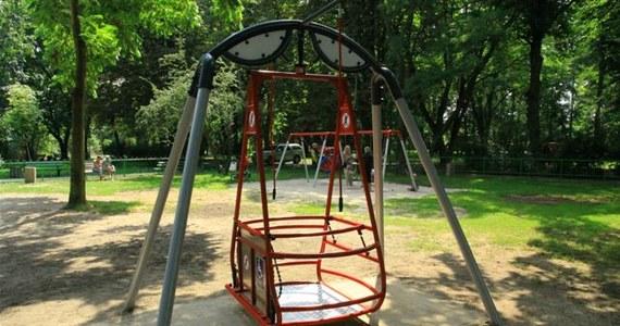 Jest stabilna i dostarczy radości niepełnosprawnym dzieciom. Na placu zabaw w Szczecinie-Dąbiu pojawiła się huśtawka dla niepełnosprawnych. To pierwsze takie urządzenie w mieście.