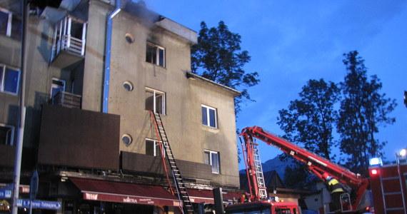 """42 osoby ewakuowano z budynków w Zakopanem w związku z pożarem w restauracji """"Watra"""". Do szpitala trafiła 60-letnia pracownica lokalu. Jej stan jest bardzo ciężki. W sumie ranne zostały cztery osoby - w tym jeden ze strażaków. Po kilku godzinach ogień ugaszono."""