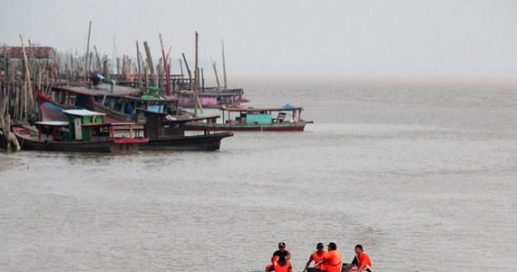 15 osób zaginęło po tym, jak statek przewożący turystów przewrócił się niedaleko wyspy Bali we wschodniej  Indonezji. Przyczyną wypadku była prawdopodobnie zła pogoda.