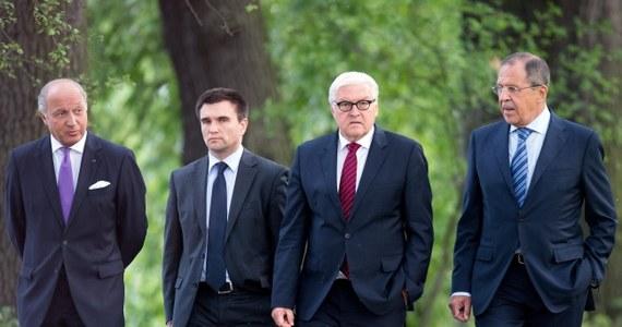 """Bardzo trudne – tak szef dyplomacji Ukrainy Pawło Klimkin określił wczorajsze rozmowy w Berlinie z szefami MSZ Francji, Niemiec i Rosji. Na Twitterze Klimkin napisał, że nie ma miejsca na kompromis tam, gdzie państwo miałoby przekroczyć swoją czerwoną linię. """"Ukraina jej nie przekroczyła. Odczuwałem poparcie naszych partnerów"""" - dodał minister. Z kolei rosyjskie MSZ twierdzi, że w rozmowach o Ukrainie osiągnięto """"pewien postęp""""."""