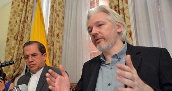 """Założyciel demaskatorskiego portalu internetowego WikiLeaks Julian Assange twierdzi, że """"wkrótce"""" opuści ambasadę Ekwadoru w Londynie. Przebywa tam od dwóch lat. Chroni się przed wymiarem sprawiedliwości."""