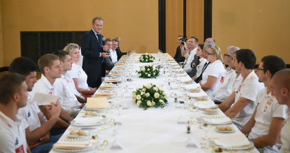 """Premier Donald Tusk przyjął na obiedzie medalistów lekkoatletycznych mistrzostw Europy, którzy w poniedziałek wrócili z Zurychu. """"Jesteście prawdziwie pozytywnymi bohaterami"""" - podkreślił. """"Jesteśmy bardzo wzruszeni. Walczyliśmy dla naszego kraju. Przywieźliśmy 12 medali i na tym nie poprzestaniemy. Będziemy chcieli zdobywać kolejne krążki choćby na przyszłorocznych mistrzostwach świata"""" – mówiła w imieniu sportowców mistrzyni w rzucie młotem Anita Włodarczyk. Upomniała się również o modernizację stołecznego stadionu Skry.""""To zapewniłoby nam godne warunki do trenowania. A to pomoże nie tylko warszawskiej lekkoatletyce, ale całemu polskiemu sportowi"""" - mówiła."""