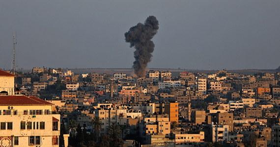 Dwuletnia dziewczynka oraz kobieta zginęły w pierwszym izraelskim ataku w Strefie Gazy, odkąd wcześniej we wtorek praktycznie przestało obowiązywać tymczasowe zawieszenie broni na tym palestyńskim terytorium. Strona palestyńska poinformowała, że od czasu naruszenia rozejmu Izrael przeprowadził 35 ataków z powietrza.