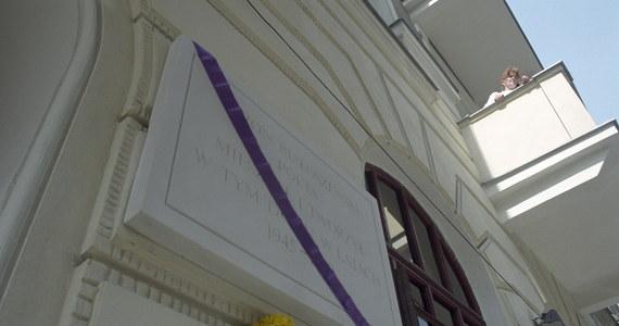"""Od kilkunastu dni Warszawa żyje informacją o tym, że Kamienica Białoszewskiego, czyli budynek przy ul. Poznańskiej 37 ma zostać zniszczony. W środku znajduje się zabytkowy piec, o którym artysta wspomniał w jednym ze swoich wierszy. Deweloper zaprzecza. """"Nie tylko nie zamierzamy go niszczyć, wręcz przeciwnie zamierzamy go wyeksponować w taki sposób, by mógł go zobaczyć każdy mieszkaniec Warszawy"""" – napisał w oświadczeniu, do którego dotarł portal warszawa.naszemiasto.pl."""
