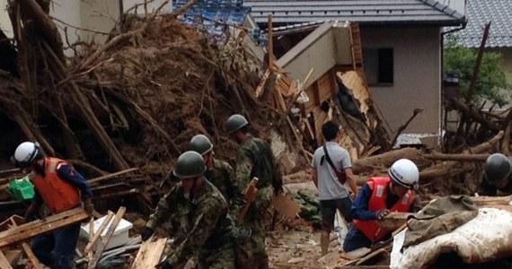 Co najmniej 27 osób zginęło, a 10 uznaje się za zaginione po tym, jak w nocy na przedmieściach japońskiej Hiroszimy zeszły lawiny ziemne. Lawiny zeszły ze zboczy wzgórz, które rozmiękły po długotrwałych i wyjątkowo ulewnych opadach deszczu.