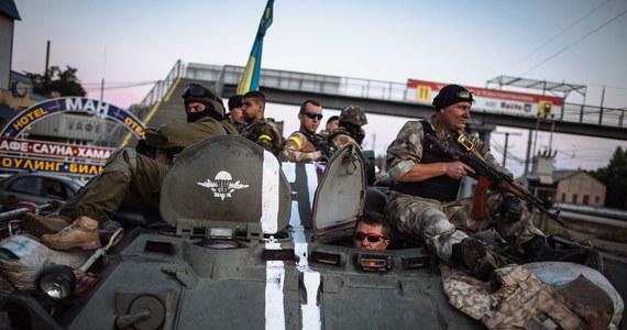 Ukraińska Rada Bezpieczeństwa Narodowego i Obrony (RBNiO) nie potwierdziła informacji o kolumnie ciężkiego sprzętu wojskowego z Rosji, która miała przedrzeć się do Ługańska na wschodniej Ukrainie. Wcześniej dowódca operacji antyterrorystycznej w tym mieście oświadczył, że do Ługańska w ostatnich dniach przedostało się 150 rosyjskich pojazdów wojskowych i około 1200 ludzi. Miasto jest natomiast otoczone przez ukraińskie siły rządowe walczące z separatystami na wschodzie kraju.