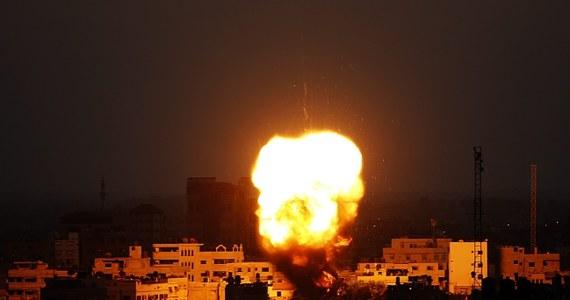 """Premier Izraela Benjamin Netanjahu powiedział, że izraelska kampania militarna w Strefie Gazy może być dłuższą operacją, i oskarżył rządzący tam Hamas o dopuszczanie się """"okrucieństwa"""" wobec ludności cywilnej. Porównał Hamas do dżihadystów z Państwa Islamskiego, którzy opanowali północ Iraku. Powiedział, że to """"gałąź tego samego drzewa""""."""