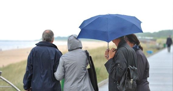 Deszczowe chmury przykryły dziś wschodnią połowę kraju. Pada w województwach: podlaskim, mazowieckim, łódzkim, śląskim, małopolskim, podkarpackim, świętokrzyskim i lubelskim. Z prognoz wynika ponadto, że ostatni tydzień wakacji będzie równie ponury.