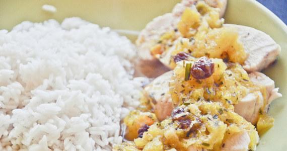 81 proc. Polaków twierdzi, że odżywia się zdrowo. Polacy są też coraz uważniejszymi konsumentami - 69 proc. często sprawdza datę ważności i skład produktów. W dodatku jemy regularnie - 82 proc. Polaków spożywa minimum trzy posiłki dziennie - wynika z sondażu CBOS.
